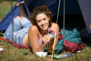 femme allongée au camping